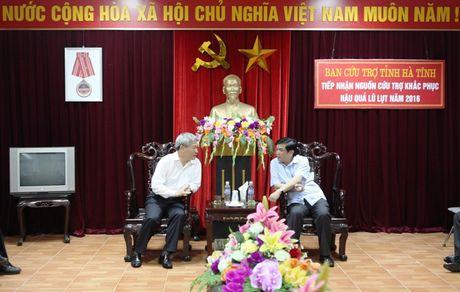 Thu truong Bui Pham Khanh trao qua ung ho dong bao lu lut mien Trung - Anh 3