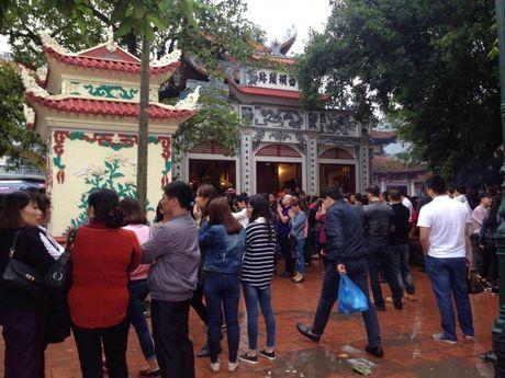 Nguoi Ha Noi tap nap di le Phu Tay Ho ngay dau thang - Anh 3