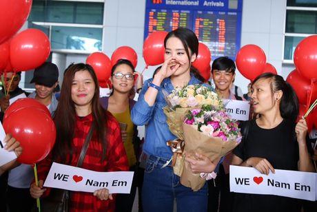 Nam Em tu hao vay 'co do sao vang', cung fan ho to 'Viet Nam, Viet Nam' tai san bay - Anh 10