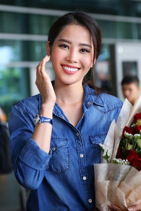 Nam Em tu hao vay 'co do sao vang', cung fan ho to 'Viet Nam, Viet Nam' tai san bay - Anh 1