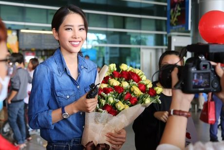 Nam Em tu hao vay 'co do sao vang', cung fan ho to 'Viet Nam, Viet Nam' tai san bay - Anh 2