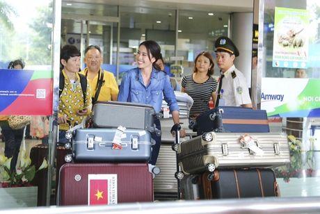 Nam Em tu hao vay 'co do sao vang', cung fan ho to 'Viet Nam, Viet Nam' tai san bay - Anh 3