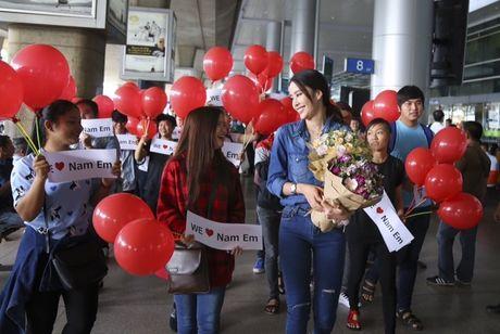 Nam Em tu hao vay 'co do sao vang', cung fan ho to 'Viet Nam, Viet Nam' tai san bay - Anh 5