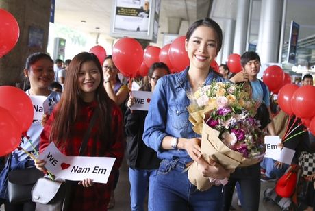 Nam Em tu hao vay 'co do sao vang', cung fan ho to 'Viet Nam, Viet Nam' tai san bay - Anh 7