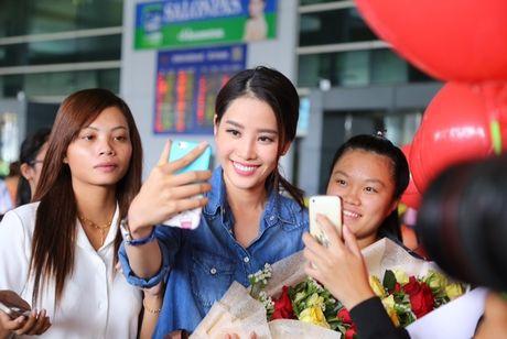 Nam Em tu hao vay 'co do sao vang', cung fan ho to 'Viet Nam, Viet Nam' tai san bay - Anh 8