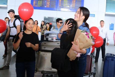 Nam Em tu hao vay 'co do sao vang', cung fan ho to 'Viet Nam, Viet Nam' tai san bay - Anh 9