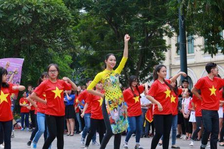 Dan hoa hau, a hau mac ao dai nhay flashmob tai Ho Guom - Anh 10