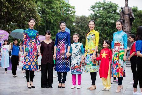 Dan hoa hau, a hau mac ao dai nhay flashmob tai Ho Guom - Anh 11