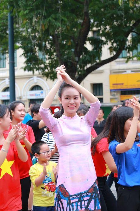 Dan hoa hau, a hau mac ao dai nhay flashmob tai Ho Guom - Anh 2
