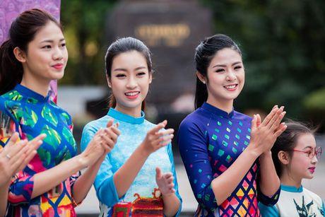 Dan hoa hau, a hau mac ao dai nhay flashmob tai Ho Guom - Anh 4