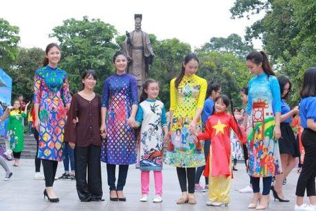 Dan hoa hau, a hau mac ao dai nhay flashmob tai Ho Guom - Anh 5