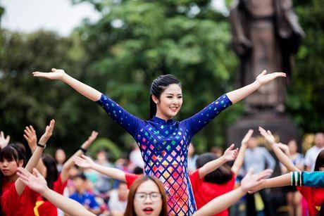 Dan hoa hau, a hau mac ao dai nhay flashmob tai Ho Guom - Anh 8
