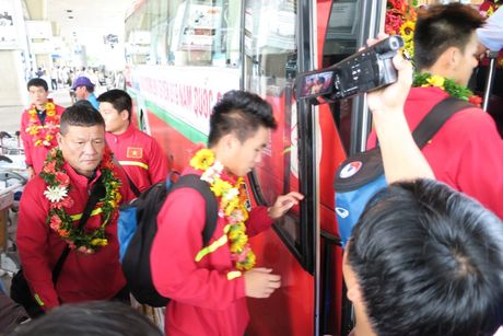 TP.HCM: Nong nhiet don doi tuyen U19 ve nuoc - Anh 11