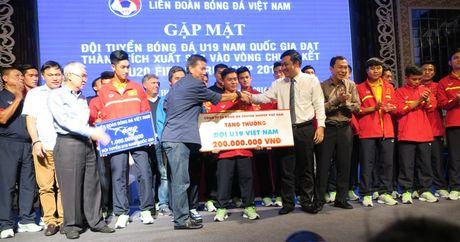 'Mua' tien thuong cho doi tuyen U19 Viet Nam - Anh 3