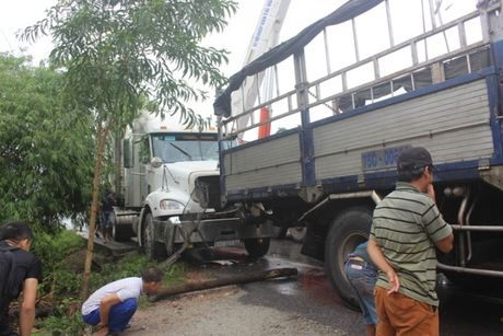 TNGT lien hoan 3 o to tren duong tranh Hue, 3 nguoi thuong vong - Anh 7