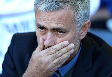 Co dong vien MU thue may bay, giang bieu ngu doi sa thai Mourinho - Anh 1