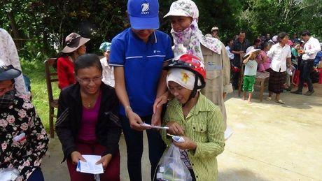 VNPT to chuc kham chua benh cho ba con vung lu tai Quang Binh - Anh 2