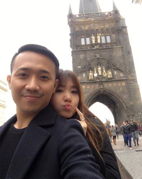 Giua on ao le cuoi, Tran Thanh cuc ngot ngao ben ban gai - Anh 1