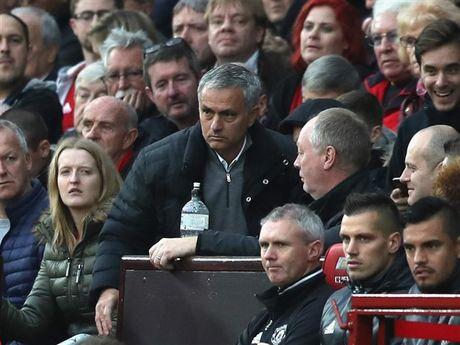 'Mourinho chang biet tin ai trong phong thay do' - Anh 1