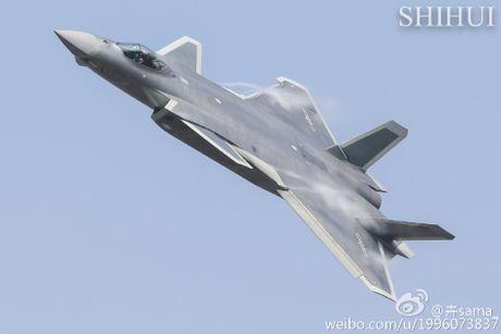 Tiem kich tang hinh J-20 lan dau pho dien truoc cong chung - Anh 1