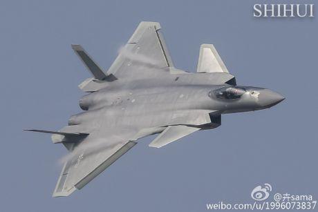 Tiem kich tang hinh J-20 lan dau pho dien truoc cong chung - Anh 2