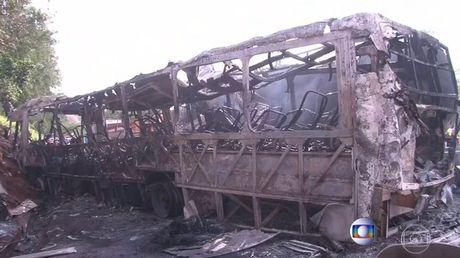 Brazil: Kinh hoang xe buyt dam xe bon, 30 nguoi thuong vong - Anh 2
