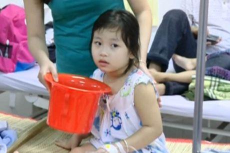 Hang chuc tre em ngo doc phai nhap vien o Vinh Long: Do nuoc uong nhiem vi sinh - Anh 1