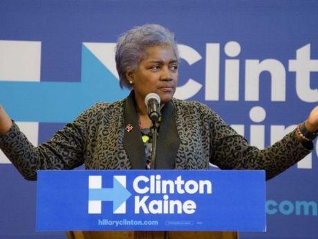 Hillary Clinton bi nghi nhan duoc cac cau hoi truoc khi tranh luan - Anh 1