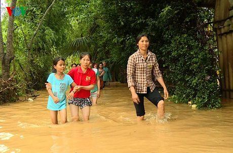 Nguoi dan mien Trung lai chat vat doi pho voi lu - Anh 10