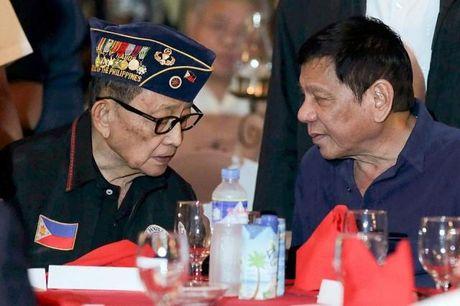 Cuu Tong thong Philippines bat ngo tu chuc Dac su cua ong Duterte - Anh 1