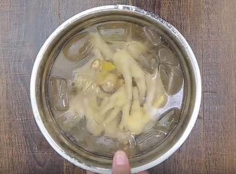 Kinh hoang chua benh xuong khop bang thit ga song ngam ruou - Anh 2