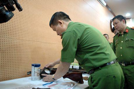 Vu nhan vien nha nghi bi ban chet: Phat hien 'kho sung' cua cac nghi pham - Anh 11