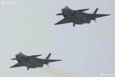 Sieu tiem kich J-20 cua Trung Quoc 'xuat dau lo dien' - Anh 1