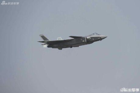 Sieu tiem kich J-20 cua Trung Quoc 'xuat dau lo dien' - Anh 3