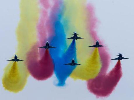 Xem 'Sat thu tau san bay' J-20 cua Trung Quoc khoe suc manh - Anh 4