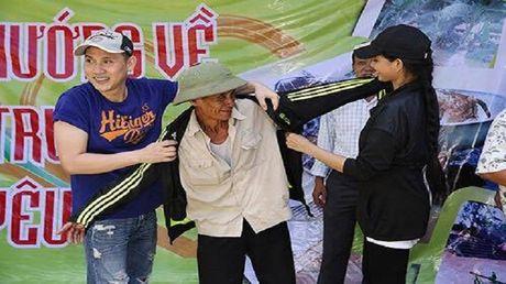 Ca si Nguyen Vu trao 400 phan qua cho nguoi dan Ha Tinh bi lu lut - Anh 1