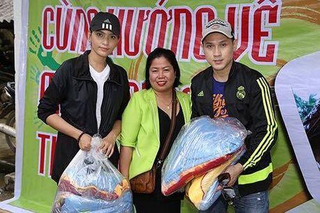 Ca si Nguyen Vu trao 400 phan qua cho nguoi dan Ha Tinh bi lu lut - Anh 2