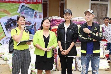 Ca si Nguyen Vu trao 400 phan qua cho nguoi dan Ha Tinh bi lu lut - Anh 3