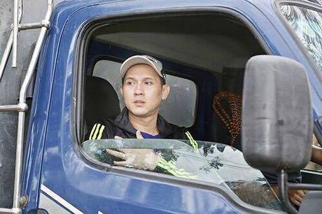 Ca si Nguyen Vu trao 400 phan qua cho nguoi dan Ha Tinh bi lu lut - Anh 4