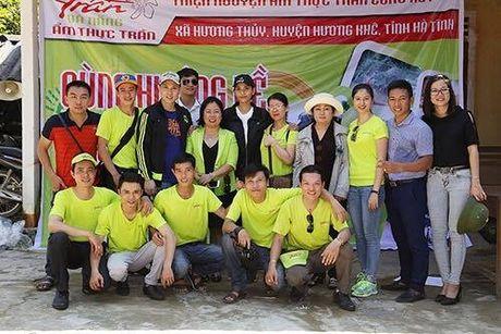 Ca si Nguyen Vu trao 400 phan qua cho nguoi dan Ha Tinh bi lu lut - Anh 5