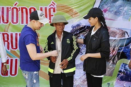 Ca si Nguyen Vu trao 400 phan qua cho nguoi dan Ha Tinh bi lu lut - Anh 6