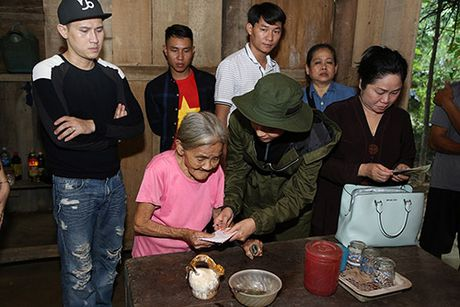 Ca si Nguyen Vu trao 400 phan qua cho nguoi dan Ha Tinh bi lu lut - Anh 7