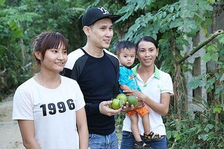 Ca si Nguyen Vu trao 400 phan qua cho nguoi dan Ha Tinh bi lu lut - Anh 9