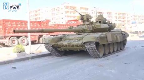 Video chien su Aleppo: Xe tang T-90 va 'Dieu hau Sa mac' xung tran - Anh 1