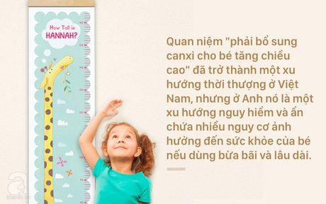 Cho tre duoi 2 tuoi uong thuoc bo sung canxi - bo me Viet dang lam hai con - Anh 1