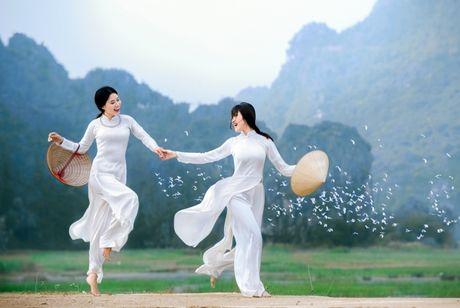 Thieu nu Viet quyen ru voi ta ao dai trong Trien lam anh Vuon xua - Anh 10