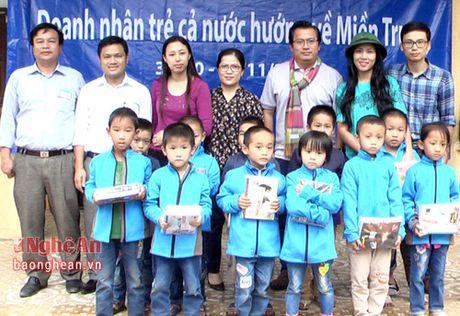 Hoi Doanh nhan tre TP Ho Chi Minh tang qua cho hoc sinh Tan Ky - Anh 1