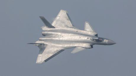 Trung Quoc cho may bay tang hinh J-20 bay bieu dien 60 giay - Anh 1