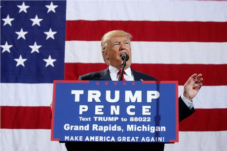 Ong Trump lan dau tien dan truoc ba Clinton ve ti le cu tri ung ho - Anh 1