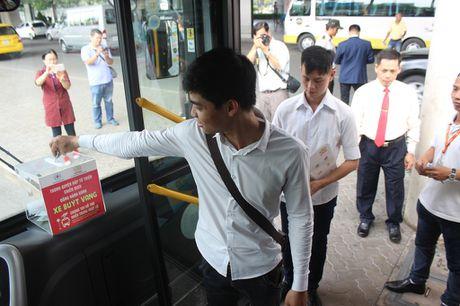 Di xe buyt de ung ho dong bao mien Trung - Anh 4